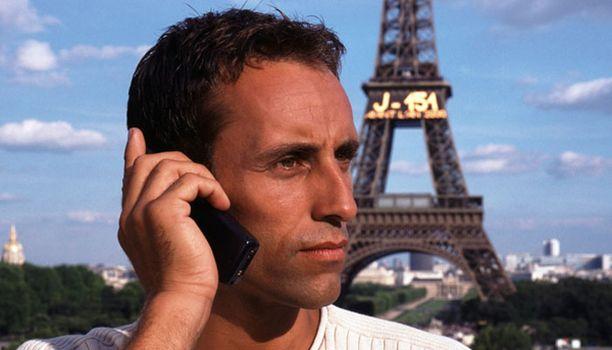Puhelimeen vastaaminen ulkomailla voi tuolla kalliiksi.