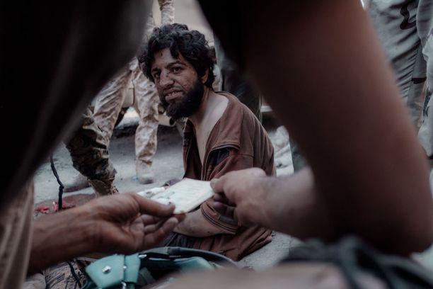Piiritetyltä alueelta pakenee myös terroristeja ja heidän perheitään. Kuvan miestä epäiltiin Isis-taistelijaksi.