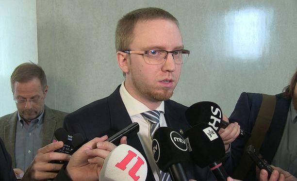Sinisten eduskuntaryhmän puheenjohtaja Simon Elo sai vastailla tiistaina toimittajien kysymyksiin.
