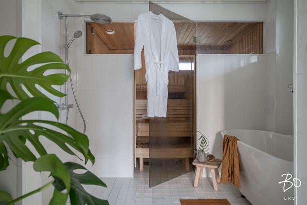 Moderni saunatila henkii minimalistista tunnelmaa.