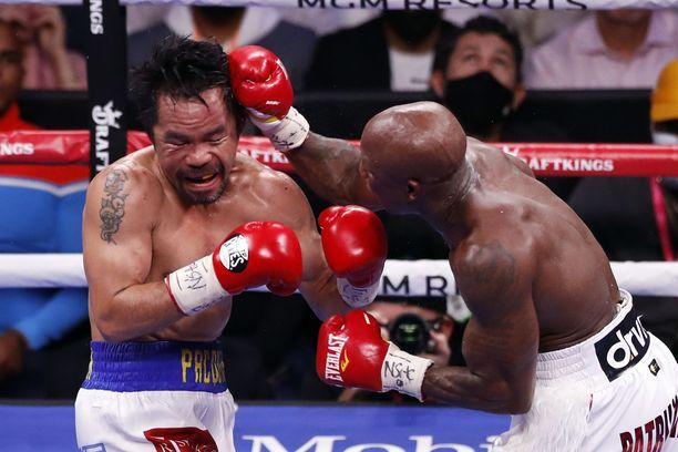 Manny Pacquiao (oik.) otti vastaan monta kovaa iskua Yordenis Ugasilta.