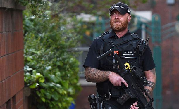 Aseistautunut poliisimies partioi Manchesterissa tiistaina.