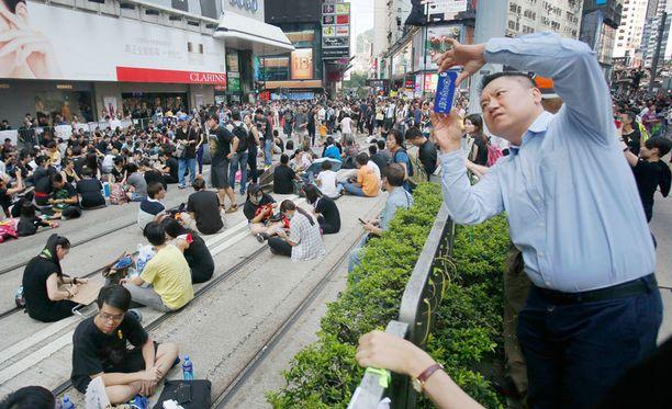 Hongkongilaiset ovat levittäneet kuvia mielenosoituksista kuvapalvelu Instagramissa, jonka Kiina on nyt estänyt mannermaalla.
