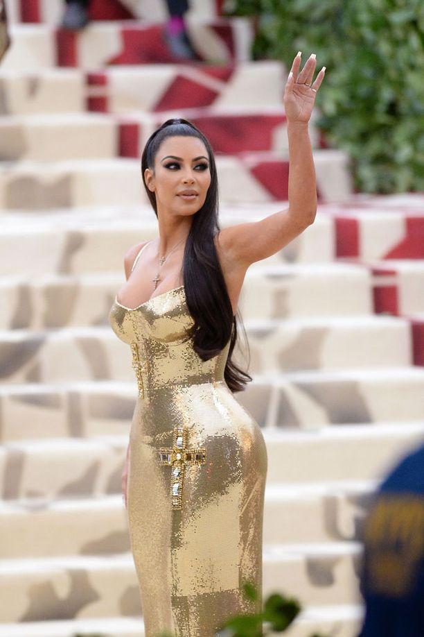 Kardashianin kultainen asu kuului illan yksinkertaisimpiin.
