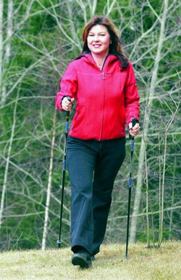 - Aikaisemmin liikuntani rajoittui autonratin ja -penkin väliin. Sitten hurahdin sauvakävelyyn, muistelee Anne Österlund.