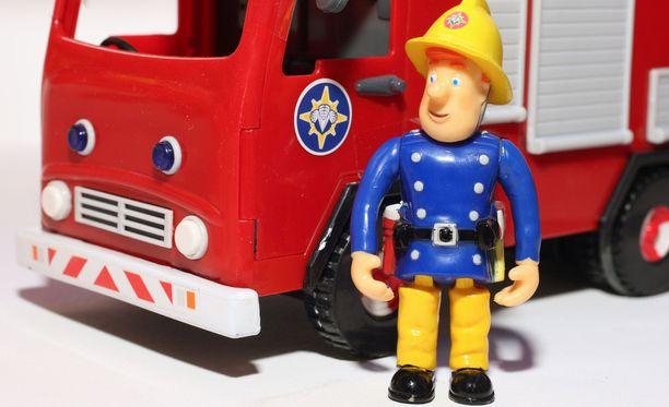 Palomies Samin animaatiohahmon pohjalta tehty lelufiguuri ja paloauto.