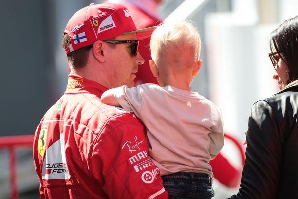 Kimi Räikkönen piti Robinia sylissään toissa vuoden talvitesteissä.