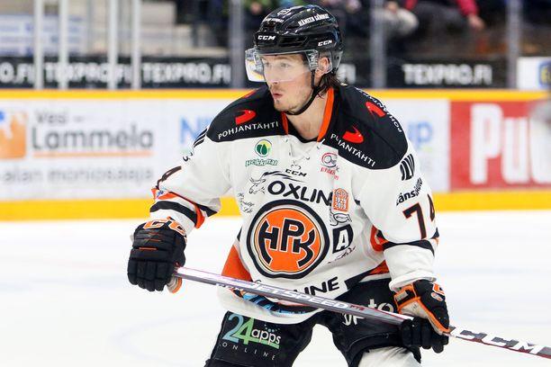 Petteri Nikkilä lähtee kotikaupungistaan Hämeenlinnasta muille maille.