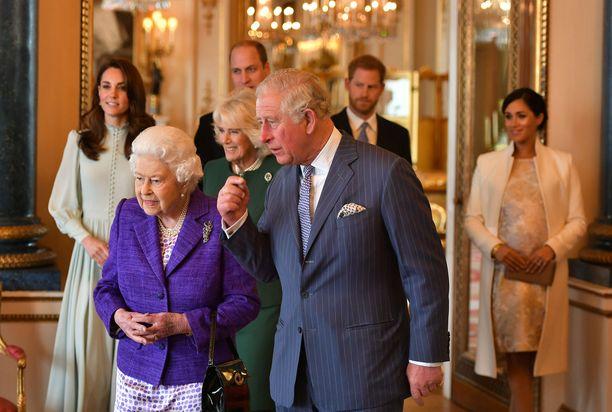 Kuningatar Elisabet emännöi prinssi Charlesin kunniaksi järjestettyä tilaisuutta. Taustalla herttuatar Catherine, prinssi William, prinssi Harry ja herttuatar Meghan.