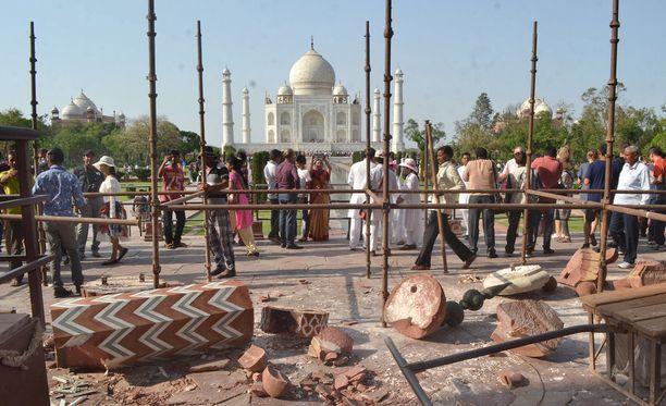 Taj Mahalin temppelin lähistöllä on tehty tänä'n krojaustöitä Intian Agrassa.
