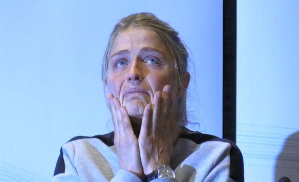 Therese Johaug murtui kyyneliin Norjan hiihtoliiton tiedotustilaisuudessa.
