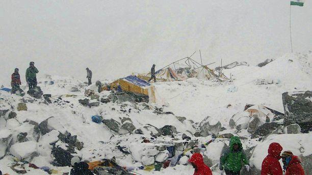 Näky oli lohduton sen jälkeen, kun lumivyöry oli tuhonnut Mount Everestin perusleirin.