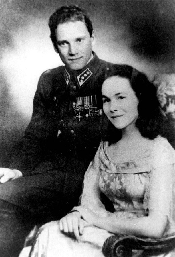 Lauri Törni ja Marja Kops kihlajaiskuvassaan. Kops oli salakuljettanut Törnin sotilaspuvun Suomesta kuvaa varten.