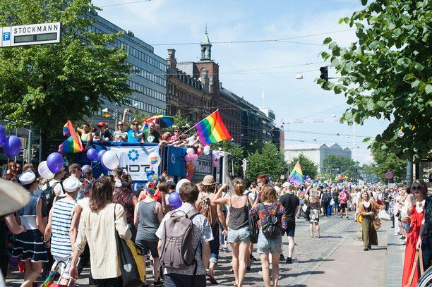 Helsinki Pride -kulkueen jälkeen ihmiset ovat kokoontuneet Kansalaistorille.