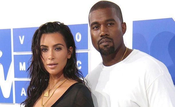 Kanye West vierellään vaimo Kim Kardashian. Pariskunnalla on kolme yhteistä lasta.