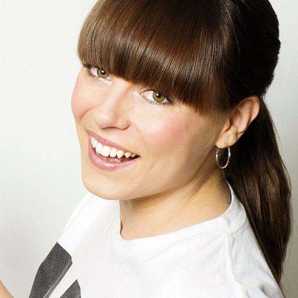 Meikkitaitelija, kampaaja Mariela Sarkima neuvoo meikki- ja hiusasioissa.