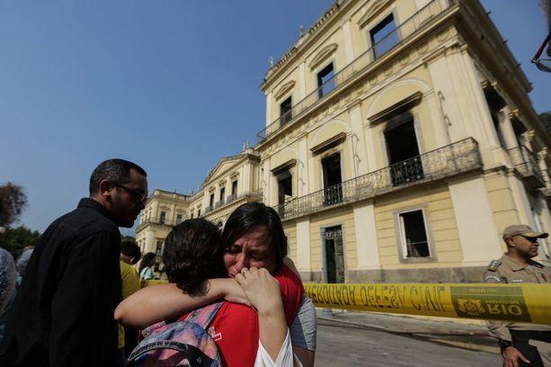 Museorakennuksen seinät jäivät enimmäkseen pystyyn. Katto ja sisätilat tuhoutuivat.