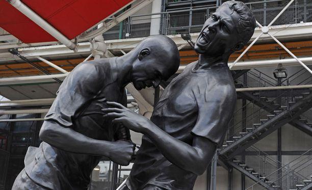 2006 vuoden finaalin puhuttaneimmasta tapauksesta on tehty myös pronssinen patsas Pariisin Pompidou-keskukseen.