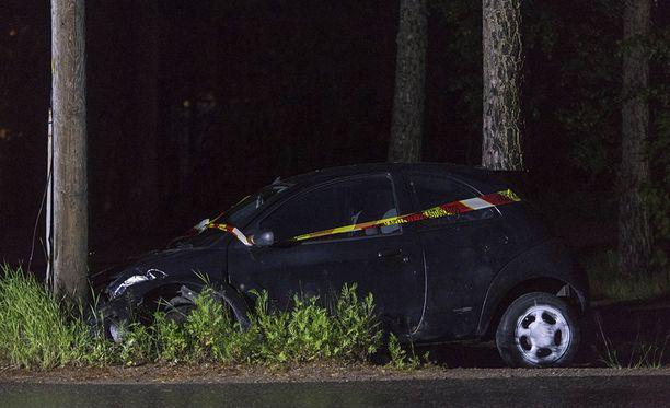 Ford Ka -mallinen auto vaurioitui onnettomuudessa kauttaaltaan ajokelvottomaksi.