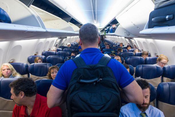 Ahtaassa lentokoneessa pitäisi ottaa muutkin huomioon.