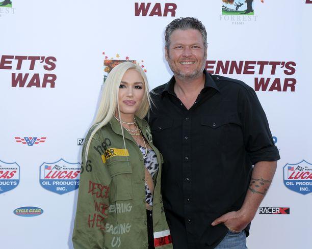 Gwen Stefani seurustelee nykyisin kantrilaulaja Blake Sheltonin kanssa.