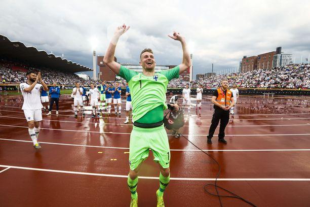 Lukas Hradecky huudattaa Pohjoiskaarretta.