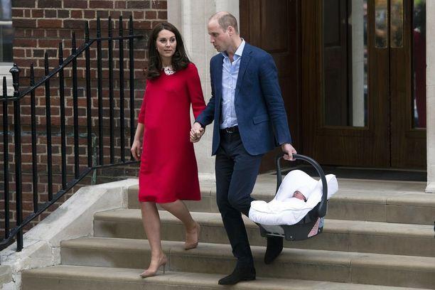 Prinssi William ja herttuatar Catherine pitivät toisiaan kädestä poistuessaan vastasyntyneen poikansa kanssa sairaalasta maanantaina.