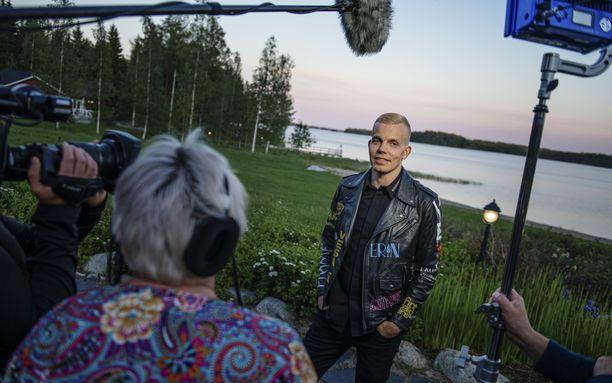 Elastinen kertoo jaksossa paljon urastaan, ystävistään ja perheestään.