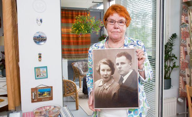Seppä Yrjö Mäkelä ja konttoristi Ellen Simola kihlautuivat Suomessa 1930-luvun taitteessa. Mutta onni särkyi lyhyeen, kun Lapuanliikkeen aktiivit hakivat väkivaltaisesti Yrjön kotoaan kesäkuussa 1930 autokyytiin ja työnsivät hänet lopulta Neuvostoliittoon. Ellen seurasi perässä kesällä 1931 Petroskoihin, mihin he perustivat perheen. Kuvaa pitää Raija-Liisa Mäkelä.