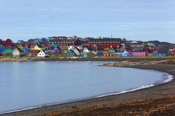 Grönlantilaisissa kylissä ei värejä säästellä.