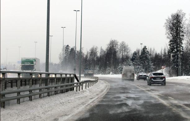 Yllättääkö talvi taas autoilijat? Kuva parin vuoden takaa.
