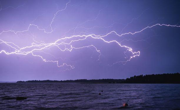 Meripelastuskeskus kehottaa varautumaan ennalta säätilan muutoksiin. Äkisti nouseva myrsky voi ajaa merihätään.