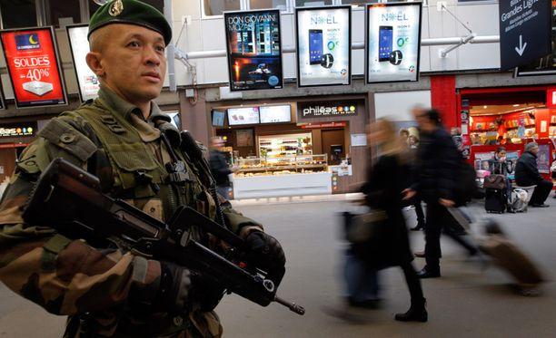 Ranskalaissotilas vartioi Montparnassen metroasemalla Pariisissa.