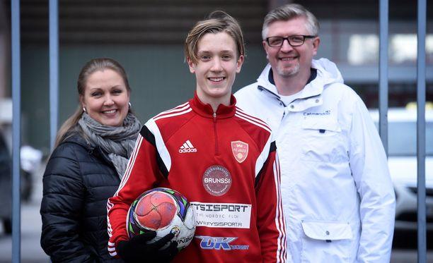 Emilia ja Rauli Raitasen Patrik-poika on nyt Liverpoolin mies.
