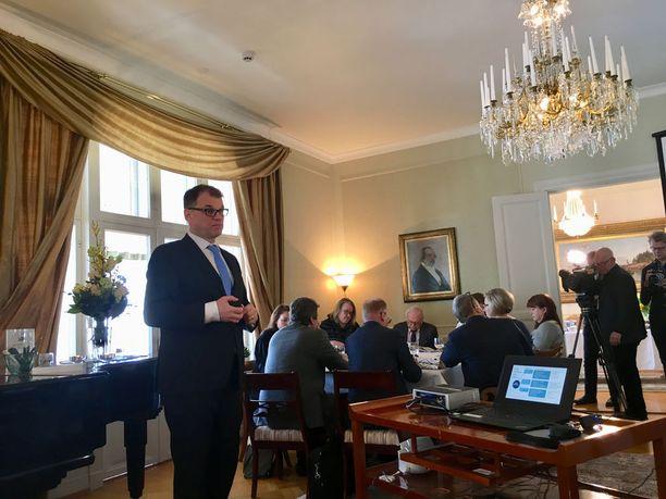 Pääministeri Juha Sipilä sanoi, että isoja hävittäjähankintoja ei tulla laittamaan vastakkain esimerkiksi sosiaalietuuksien kanssa. Jos isoihin puolustushankintoihin tarvitaan lisärahoituksesta, puhutaan Sipilän mukaan velkarahoituksesta.
