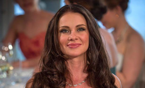 Vuoden 2004 Miss Suomi Mira Näpperi (o.s. Salo) eroaa miehestään.