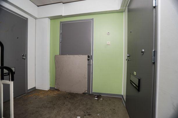 Palohuoneiston rikkoutunut ovi oli tilapäisesti korjattu vanerilevyllä edelleen lauantaina iltapäivällä.