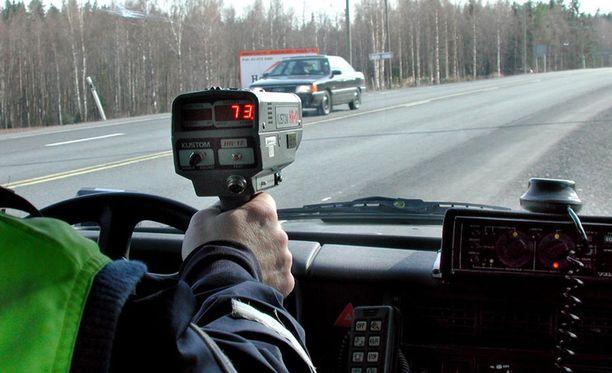 Suomalaiset myöntävät optimoivansa ajamaansa ylinopeutta suhteessa niistä annettaviin rangaistuksiin.