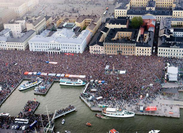 Lordin kunniaksi järjestettyyn kansanjuhlaan saapui Helsingin Kauppatorille arviolta 100 000 ihmistä eri puolilta Suomea.