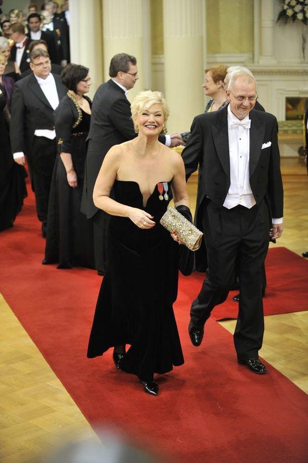 Oopperalaulaja Karita Mattila on ei ole tehnyt upeaa kansainvälistä uraansa arastellen eikä anteeksipyydellen. Linnan asuvalinnassa sordiino olisi kuitenkin ollut paikallaan.