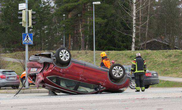 Auto päätyi poikkeuksellisen peräänajon jälkeen katolleen Kehätiellä.