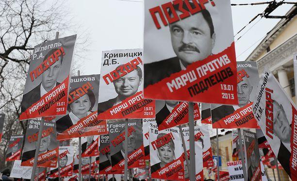 """Venäjän oppositio osoitti mieltään """"anti-Magnitski-lakia"""" vastaan vuonna 2013. Lain mukaan Yhdysvaltalaisia kiellettiin adoptoimasta orpolapsia Venäjältä."""