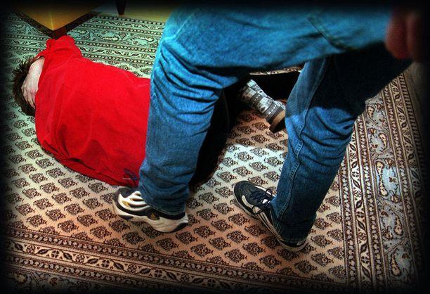 Rikoskynnyksen ylittävää perheväkivaltaa jää paljon pimentoon. Kuvituskuva.
