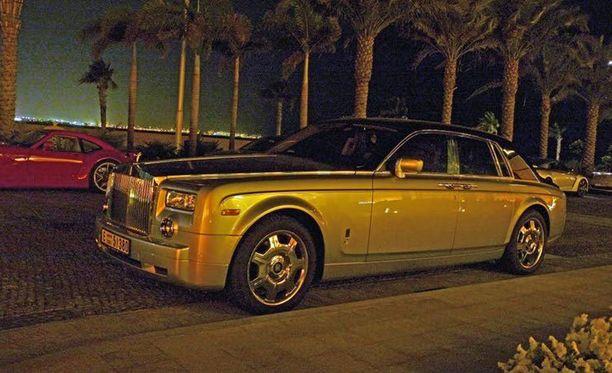 Kullanvärinen Rolls-Royce Phantom sopii hyvin opiskelijalle. Tämä kuva on otettu Dubaissa, mutta ei yliopiston pihalta.
