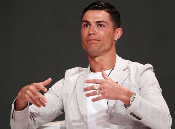 Cristiano Ronaldo esiintyi Dubaissa tyylikkäänä.