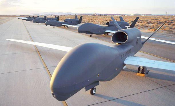 Miehittämättömiä ja aseettomia RQ-4 Block 10 Global Hawk -tiedustelulennokkeja lentokentällä. Aseistettuja lennokkeja on käytetty iskuissa Pakistanissa.