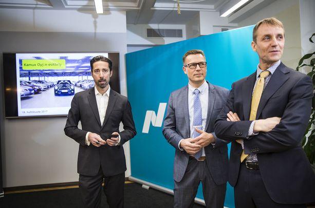 Kamux, listautumisinfossa (vas.) Henrik Husman Nasdaq ,konsernijohtaja Juha Kalliokoski, Kamux ja talousjohtaja Tapio Arimo Kamux (oik).