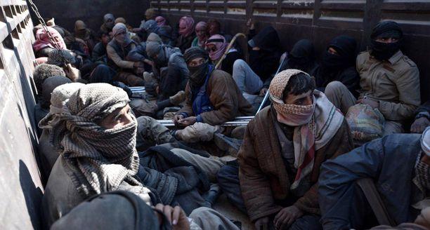 Näitä henkilöitä kuljetettiin keskiviikkona kuorma-autolla lähellä Baghuzia. Alueelta paenneiden joukossa uskotaan olevan myös Isis-terroristeja.