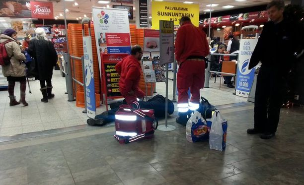 Kukaan ei pysähtynyt tiedustelemaan kauppakeskuksen lattialla maanneen miehen vointia.