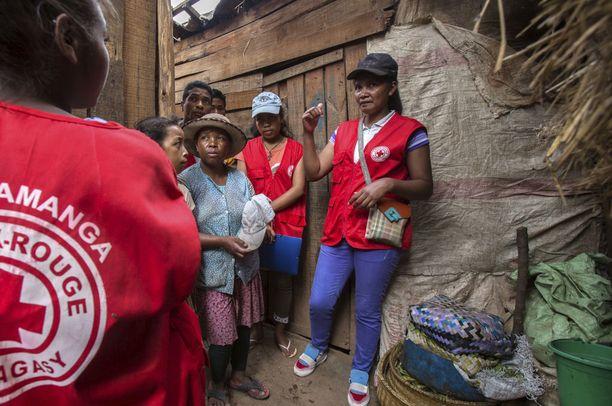 Punaisen ristin työntekijät neuvovat paikallisia epidemia-alueilla.